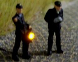 N Rangierer/ BW-Personal 2 Figuren einer mit Lampe