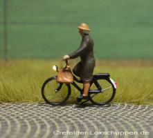 Radfahrerin mit Mantel und Tasche + LED - Licht vorne hinten