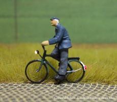 Radfahrer mit Jacke und Mütze + LED - Licht vorne hinten
