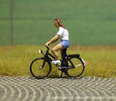 Radfahrerin m. T-Shirt kurzer Hose + LED-Licht vorne hinten