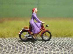 Radfahrerin mit Kleid + LED-Licht vorne u. hinten