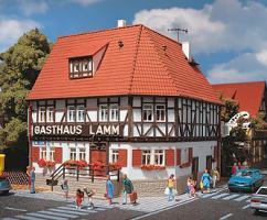 H0-GASTHAUS LAMM Fachwerk-Eckhaus [UVP 40.00] 43645
