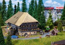 N  Schwarzwaldhof mit Backhäuschen 148x153x90mm[UVP   54.99]